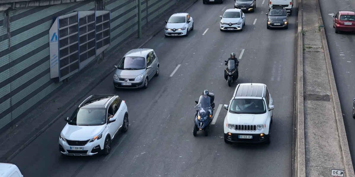 A partir du 1er février, la circulation des deux-roues entre les files de voitures sera interdite