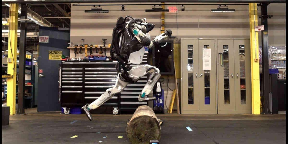 Boston Dynamics test  les capacités motrices des robots humanoïdes Atlas