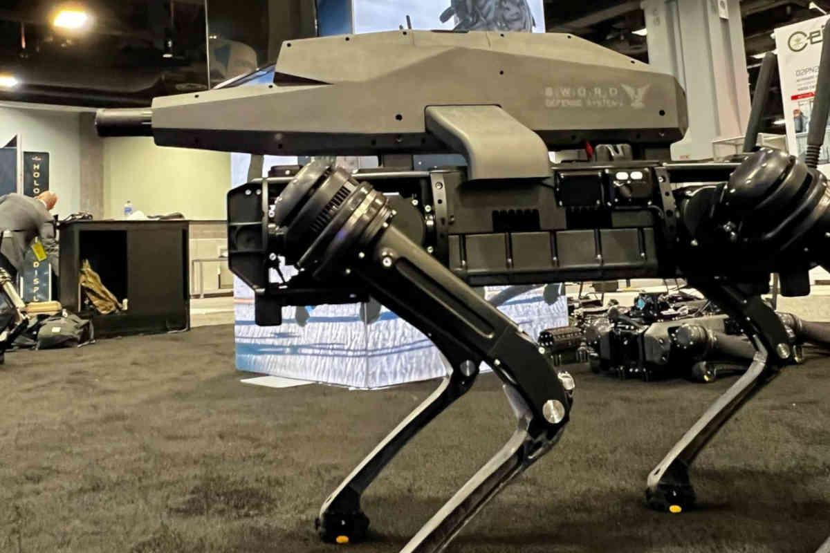 Un chien-robot, sur lequel, a été installé un fusil semi-automatique 6,5 mm